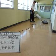 碓井小学校 清掃中